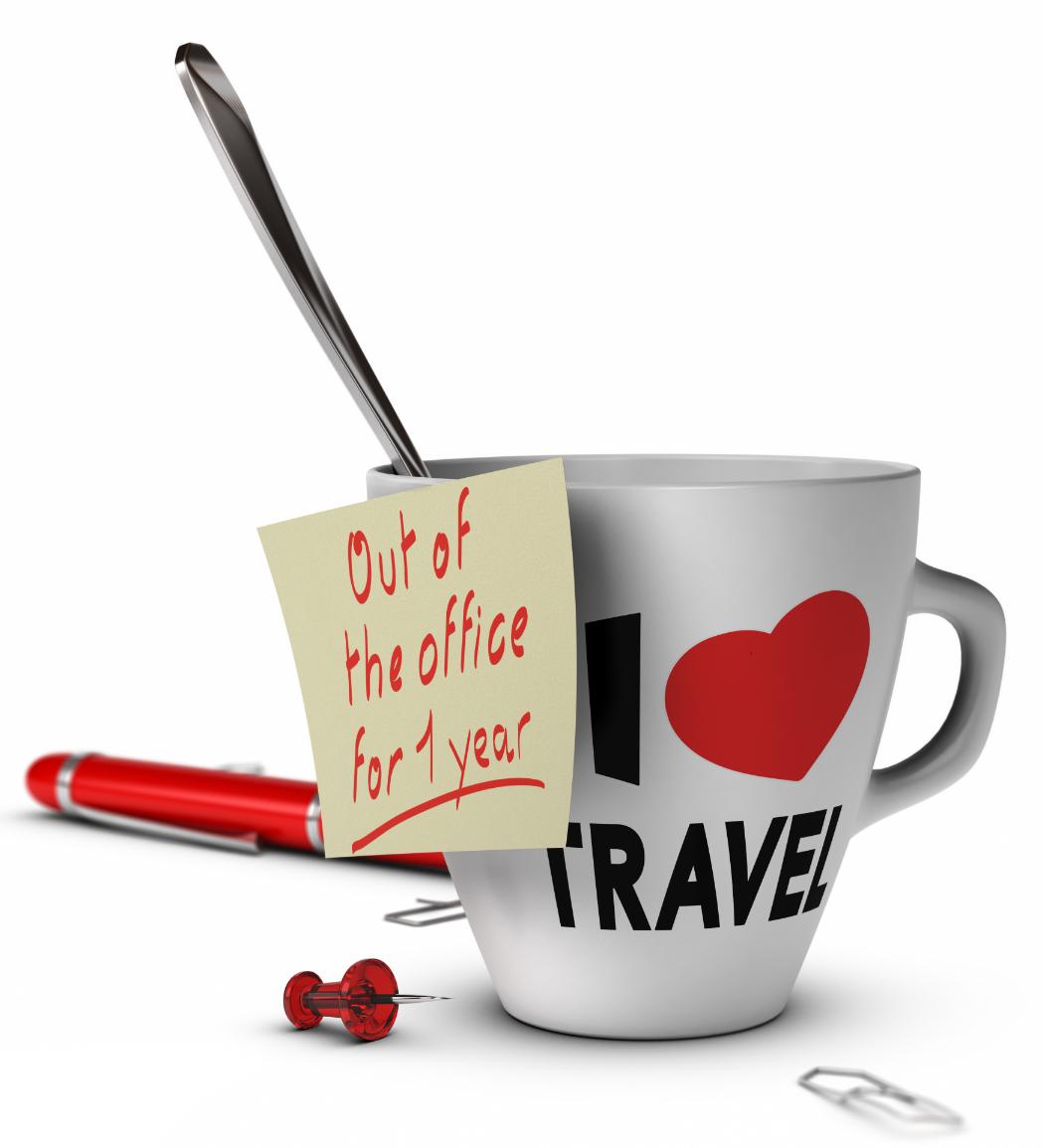 """Kaffeetasse mit Löffel auf der steht: """"I love travel"""". Post it auf Tasse geklebt mit Bemerkung: """"Out of the office for 1 year"""". Neben der Kaffeetasse liegen Büroklammern, roter Stift und rote Pinnnadel."""