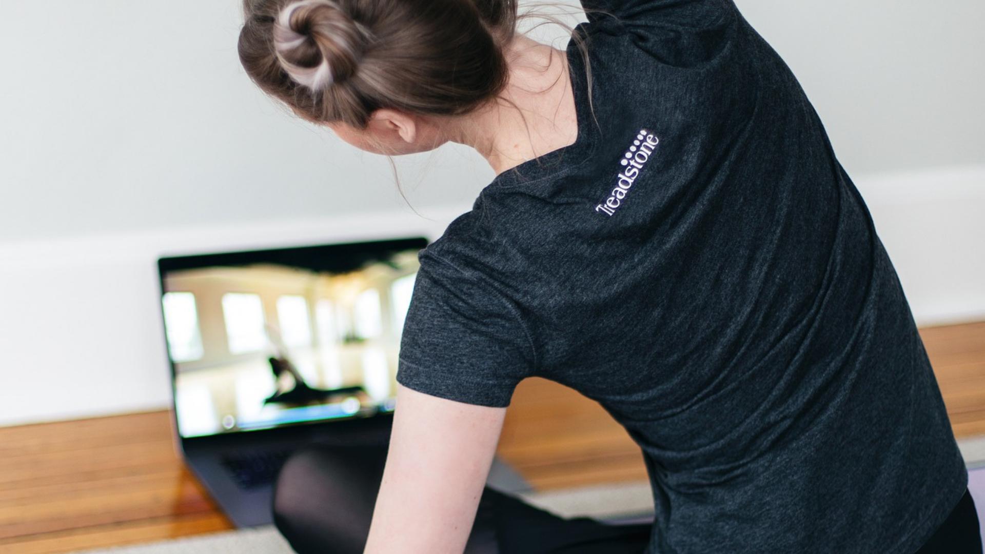 Frau macht Yoga per Videcall
