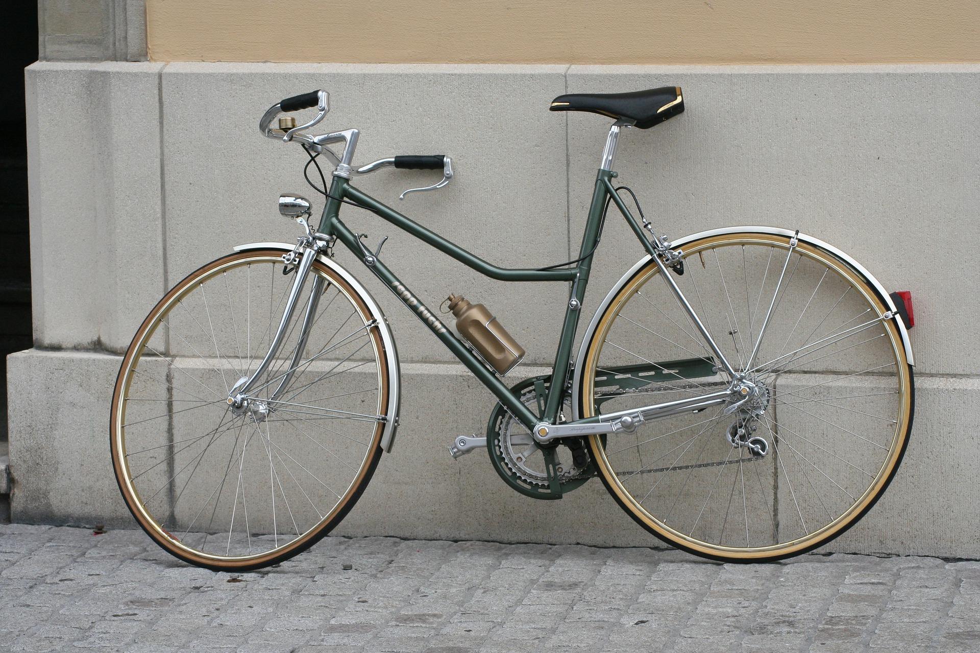 Fahrrad angelehnt an eine Wand