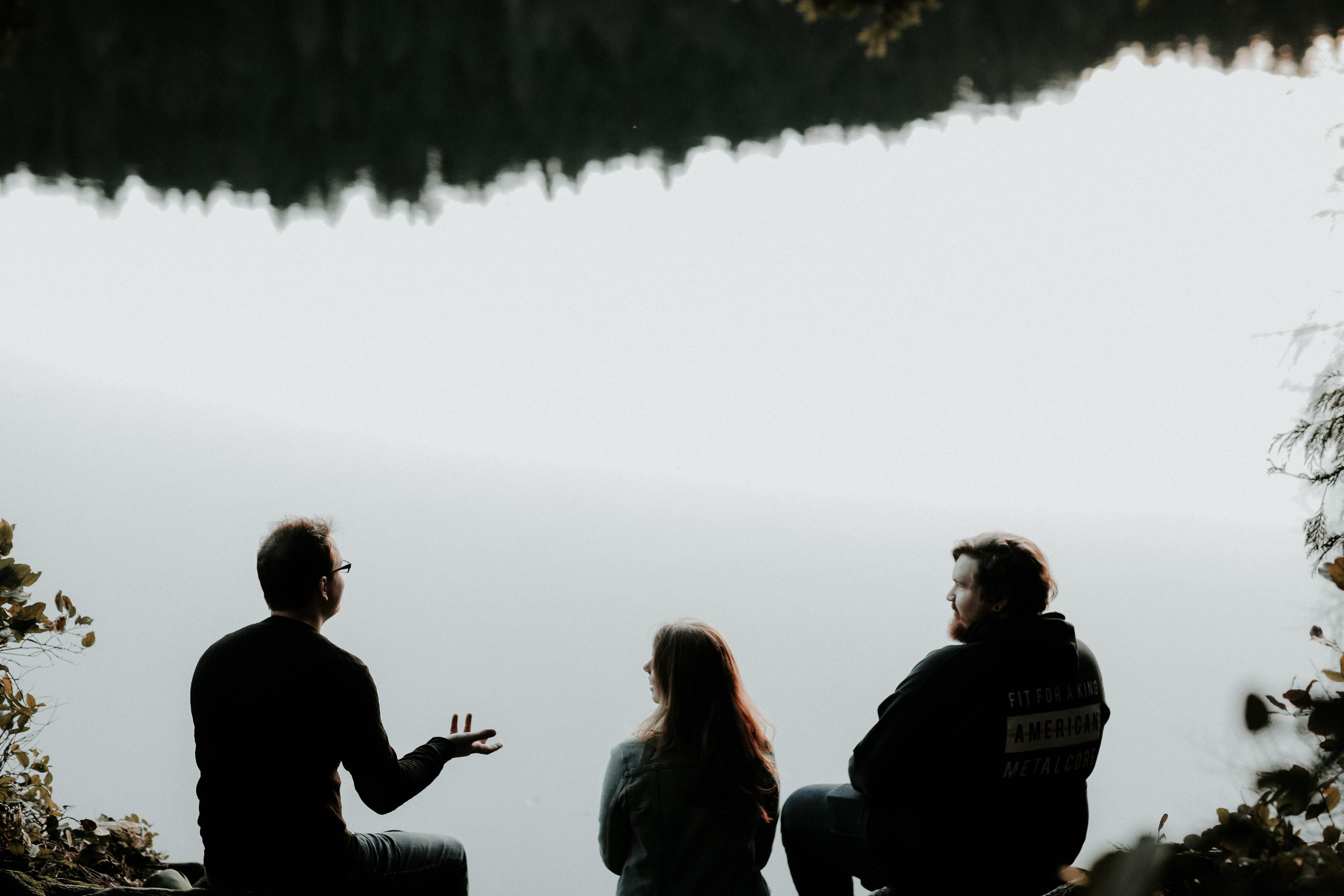 Personen reden am See