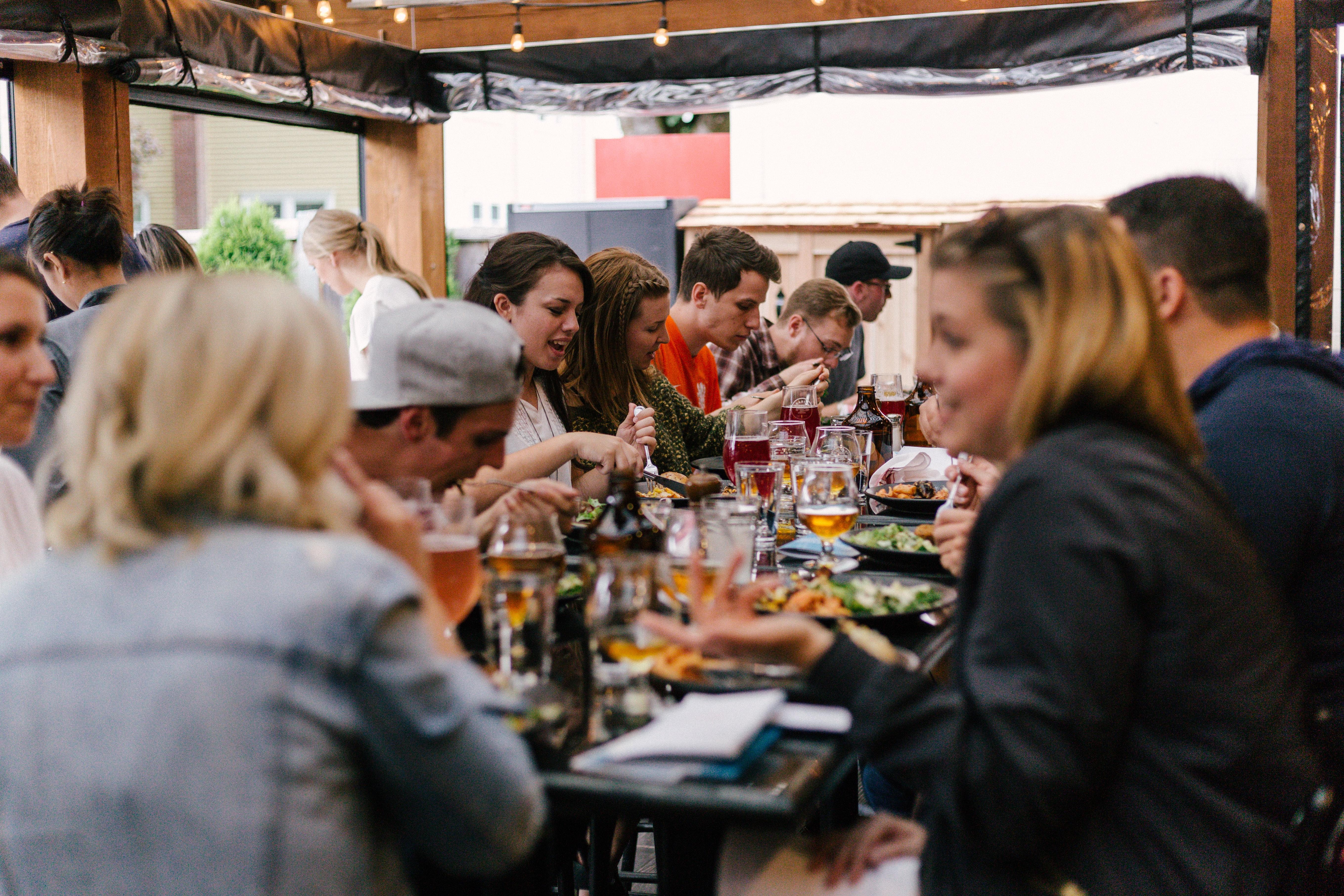 Team sitzt beim Essen