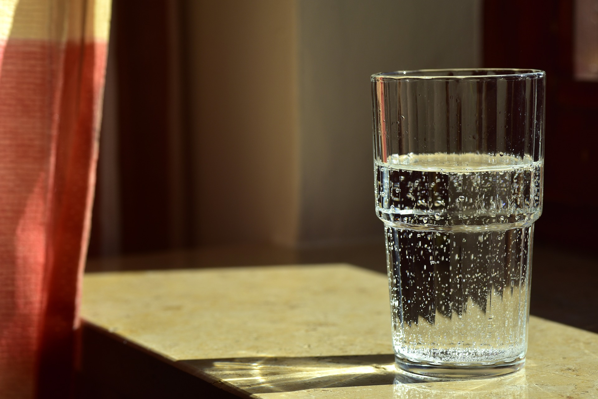 Volles Wasserglas